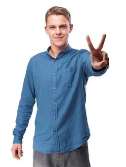 Man met twee verhoogde vingers