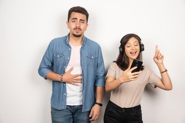 Man met uitsplitsing terwijl vrouw dansen rond muziek.