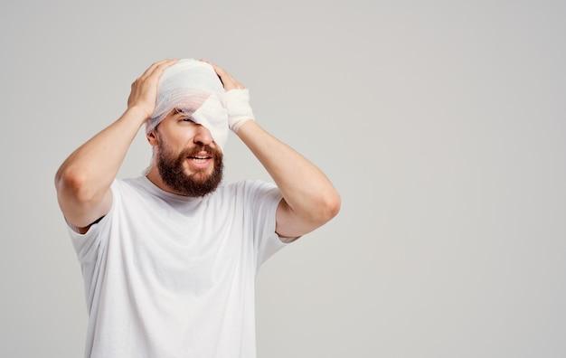 Man met verbonden hoofd gezondheidsproblemen letsel ziekenhuisopname