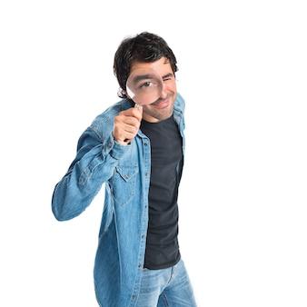 Man met vergrootglas op witte achtergrond