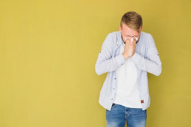 Man met verkoudheid en niezen