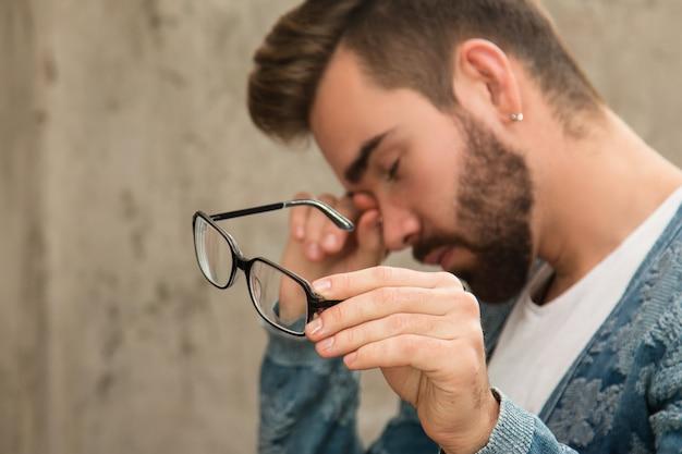 Man met vermoeide ogen na lang werk
