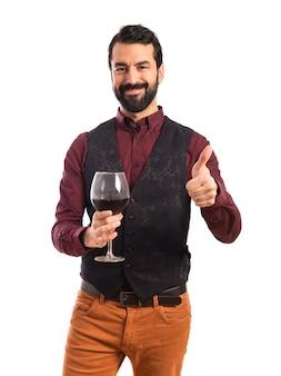 Man met vest met een wijnglas