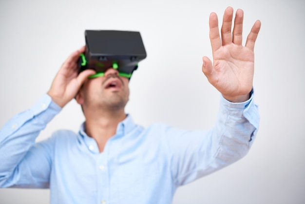 Man met virtual reality-bril