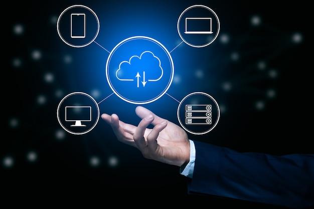 Man met virtuele cloud computing bij de hand met verbindingslijn