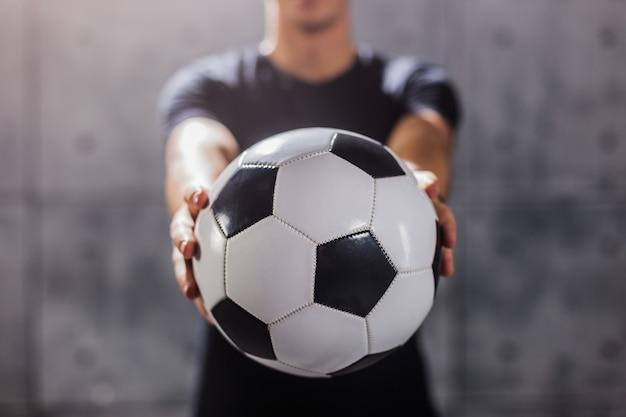 Man met voetbal in zijn handen