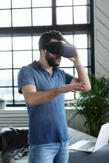 Man met vr-headset