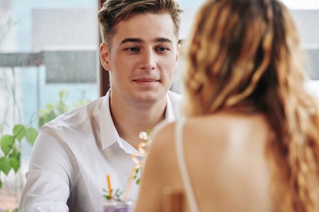 Man met vrouw in café