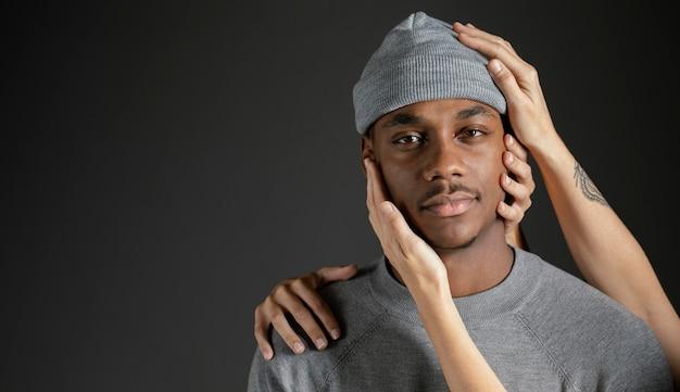 Man met vrouwenhand hem troostend