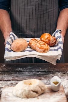 Man met warm knapperig brood boven deeg