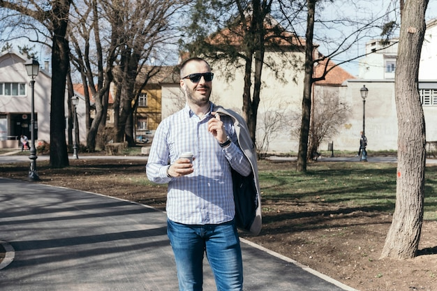 Man met warme drank lopen op straat