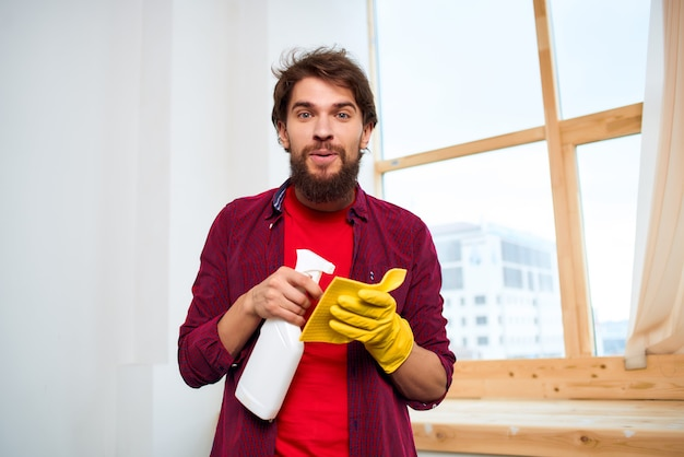 Man met wasaccessoires voor het wassen van diensten