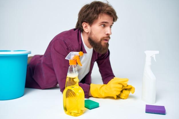 Man met wasmiddel die de dienstverlening van het appartement schoonmaakt