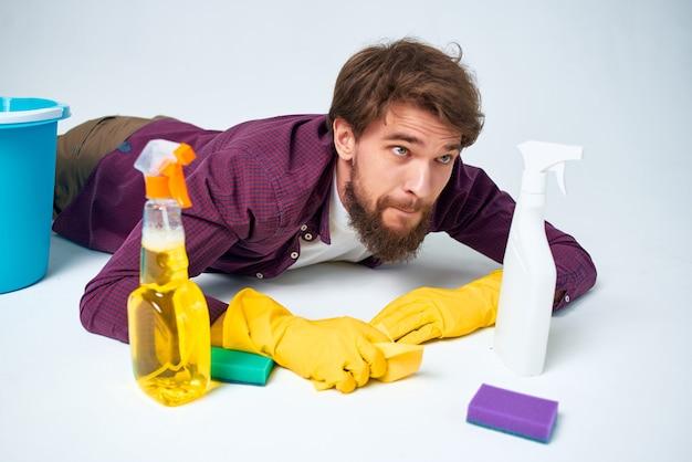 Man met wasmiddel die de thuiszorg voor hygiëne van het appartement schoonmaakt