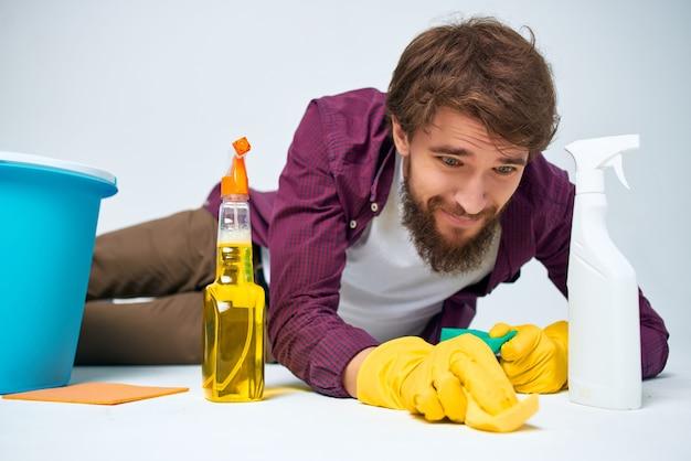 Man met wasmiddel schoonmaak hygiëne professionele levensstijl