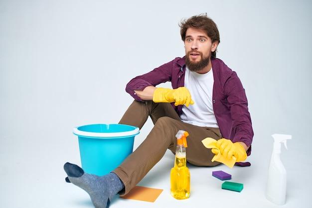 Man met wasmiddel wasaccessoires professionele levensstijl