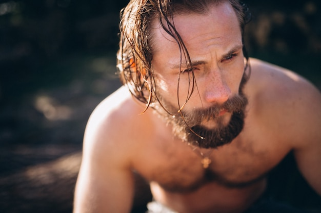 Man met water in het bos