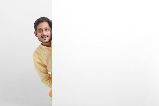 Man met whiteboard met traditionele kleding