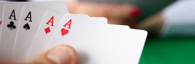 Man met winnende pokerhand aan tafel close-up. gokverslaving concept