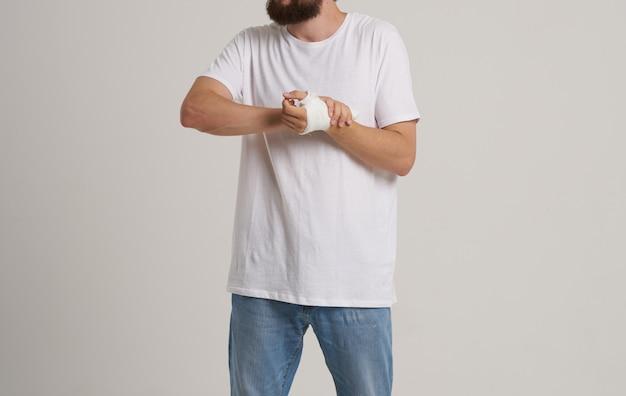 Man met wit t-shirt patiënt verbonden hand gezondheidsproblemen meldkamer
