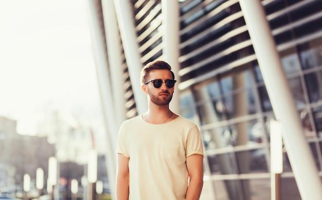 Man met witte lege t-shirt