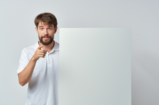 Man met witte mockup presentatie advertentie geïsoleerde muur.