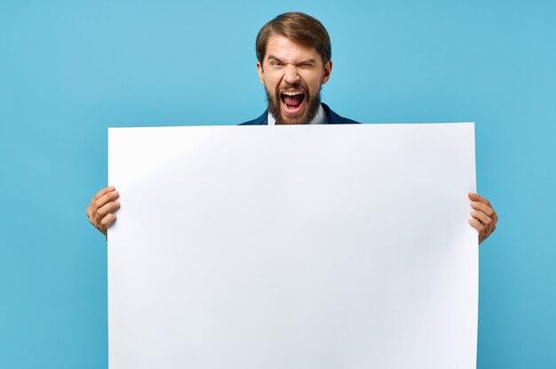 Man met witte poster reclame kopie ruimte blauwe achtergrond