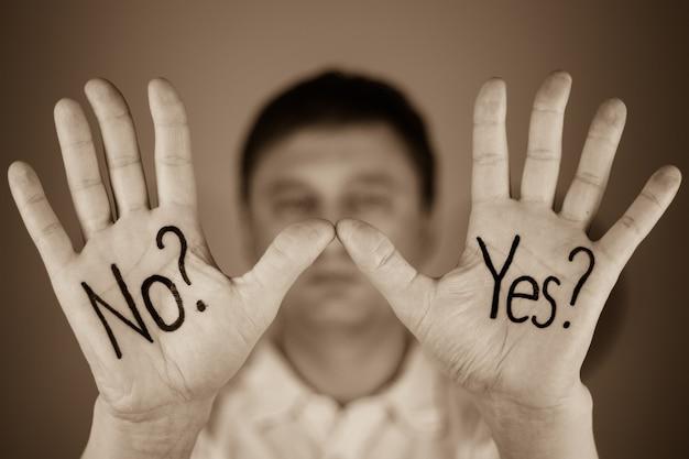 Man met woorden ja of nee