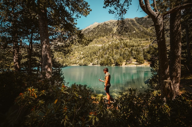 Man met zijn mobiel in de berg