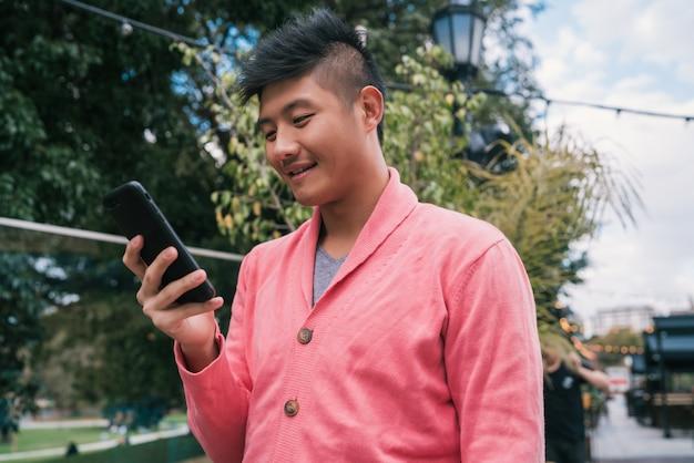 Man met zijn mobiele telefoon.