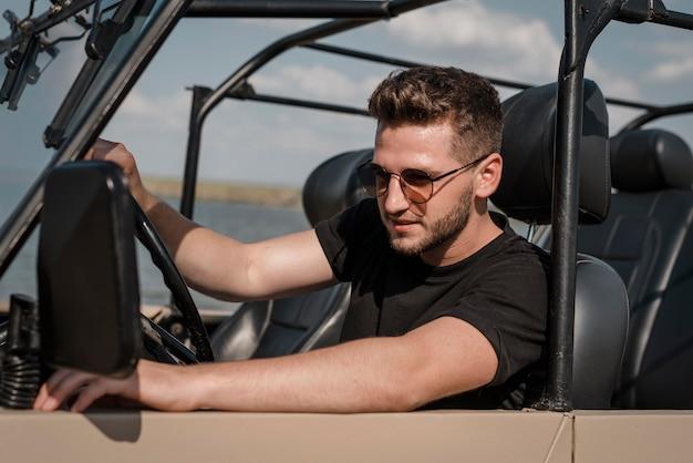Man met zonnebril alleen reizen met de auto