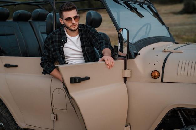 Man met zonnebril en alleen reizen met de auto