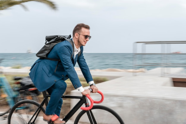 Man met zonnebril op zijn fiets
