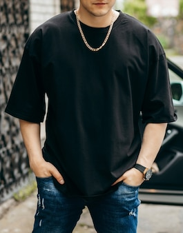 Man met zwarte lege t-shirt met ruimte voor uw logo of ontwerp mock up