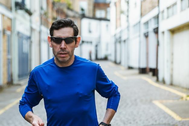 Man met zwarte zonnebril en een blauw shirt