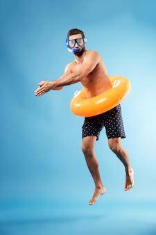 Man met zwemmen cirkel duiken