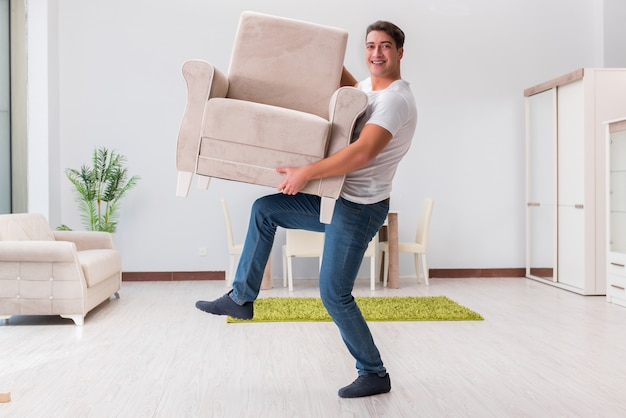 Man meubels verplaatsen thuis