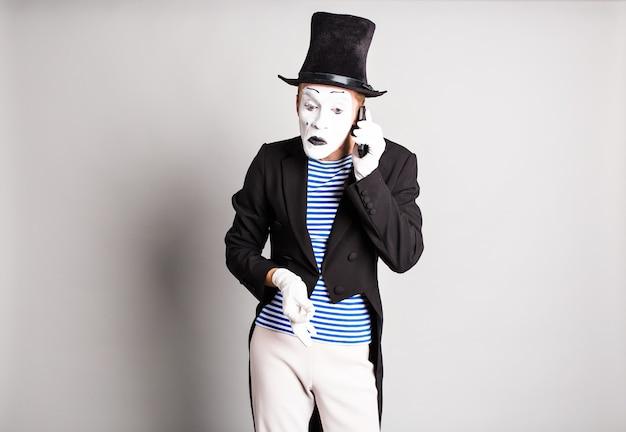Man mime praten op zijn mobiele telefoon. april fool's day-concept.