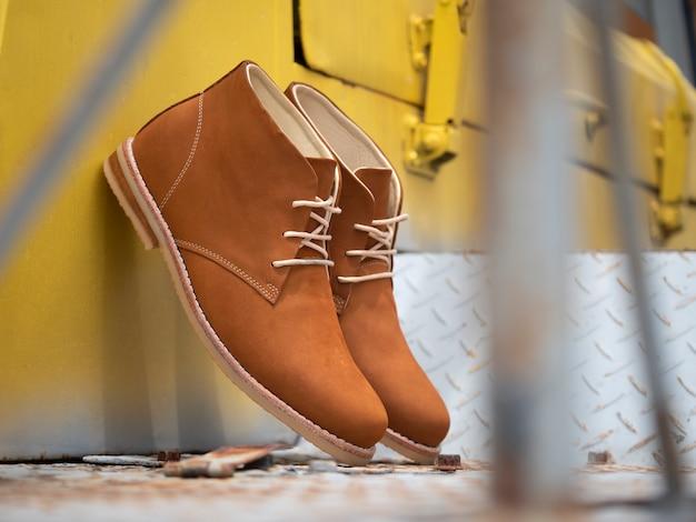 Man mode bruin laars leer op de vloer.