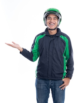 Man motor taxichauffeur of ruiter met zijn uniform presenteren
