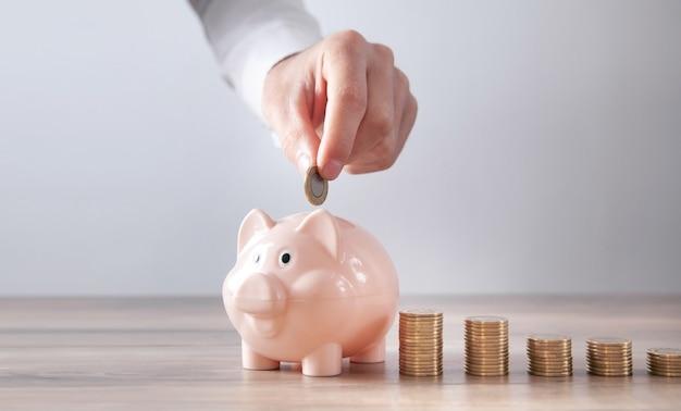 Man munt zetten spaarvarken. besparing