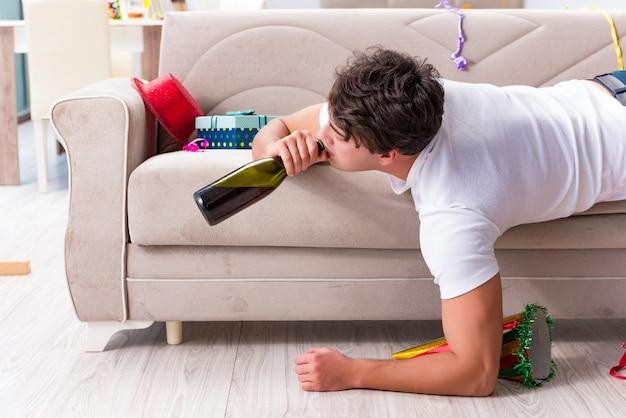 Man na het feesten thuis