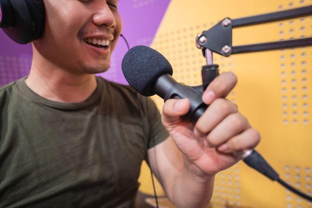 Man neemt een podcast op in zijn studio