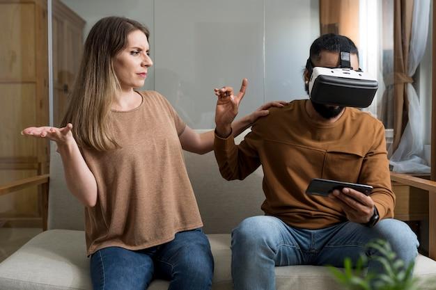 Man negeert zijn vriendin tijdens het spelen