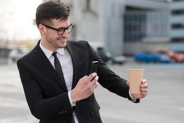 Man nemen foto van koffiemok