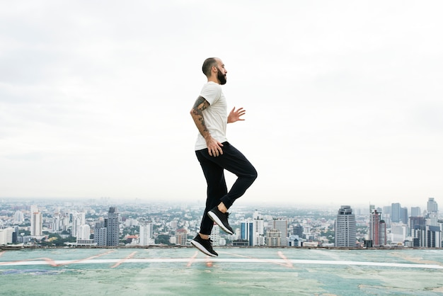 Man oefening workout rooftop concept