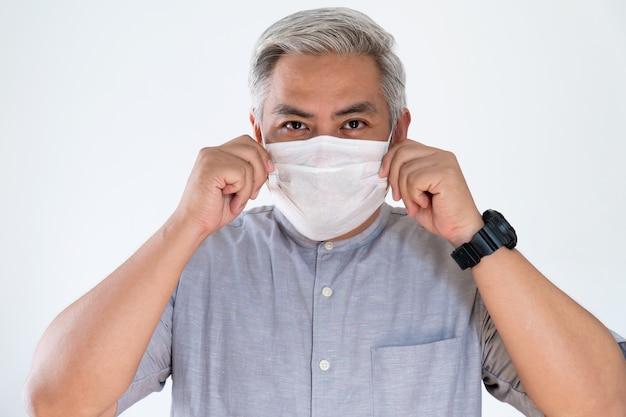 Man onder gezichtsmasker voor mond en neus. corona virus of covid-19-concept.