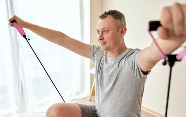 Man ondergaat therapie bij de fysioloog