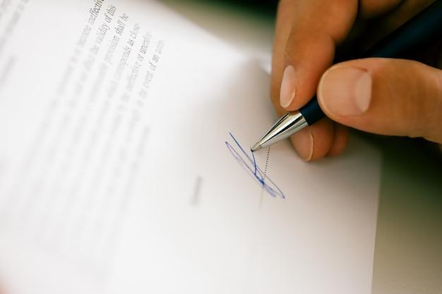 Man ondertekening van een contract
