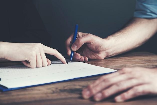 Man ondertekening van een document
